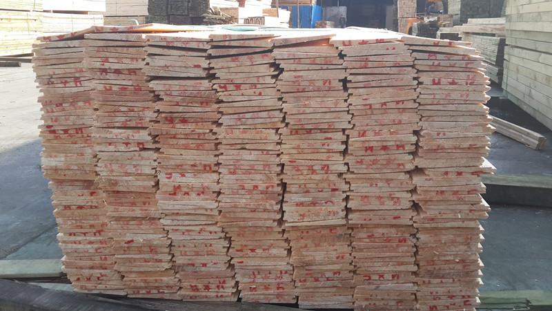 我们本着用最低成本来加工开发相应适合您需要的尺寸规格。我们拥有大量的橡胶木林产资源,是目前海南省林产区最具有竞争实力的橡胶木板材生产加工企业,公司从育林-选材-砍伐-加工-防腐-防虫-干燥-直到成品都有经过严格的加工工艺。公司拥有经验丰富的技术开发人员和熟练的加工生产人员。可根据客户提出的不同尺寸规格要求进行选材砍伐加工。我们与国内多家木业科研机构常年保持技术互补。为橡胶木板材的加工工艺不断升级注入了新的活力,也为公司拓展国际市场赢得更多的客户奠定了坚实的基础