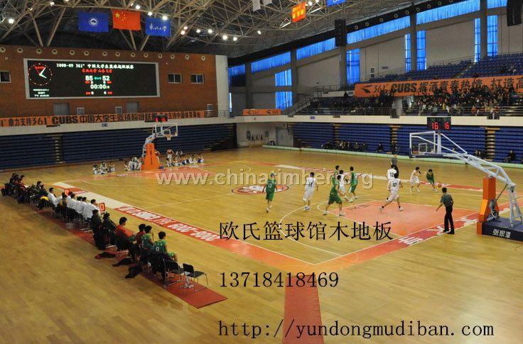 NBA篮球场运动木地板,木地板篮球场安装 欧氏篮球场木地板安装方法多种,根据需求以及施工条件选择最适合的安装方法能够得到更好的性价比,那么常用的安装方法有哪些呢,我们来了解下。  欧氏篮球场木地板安装系统介绍:  一、单龙骨结构篮球场木地板  单龙骨结构系统是一种具高吸震性和连续性的固定悬浮式的运动木地板系统,完全符合专业要求的运动性能。良好单龙骨TD系统十实物图的环境适应性,外观亮丽、耐用、维护简单方便的特点。    欧氏篮球场木地板单龙骨结构系统包括以下组件(由底层到面层):  1、优质橡胶弹性吸震垫